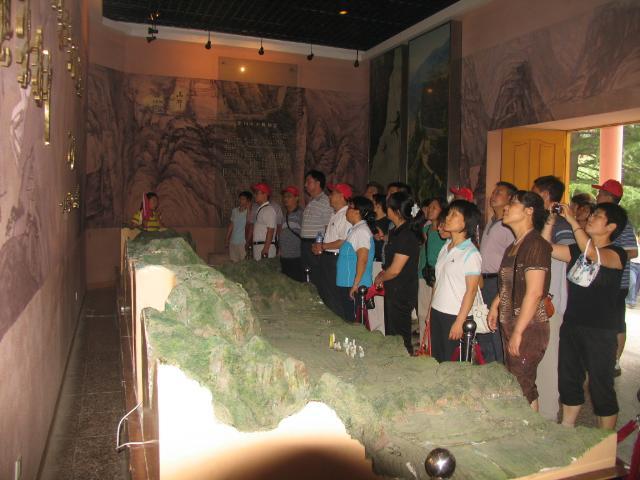 在红旗渠纪念馆,党员们瞻仰了一副副珍贵的历史照片,一个个沙盘模型