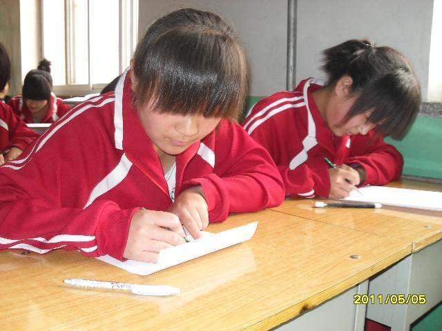 最基本的绘画知识开始引发学生对美术构图的兴趣充备学生